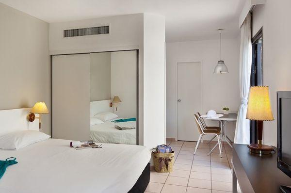 בית מלון ישרוטל ריביירה  - סטודיו עם מרפסת