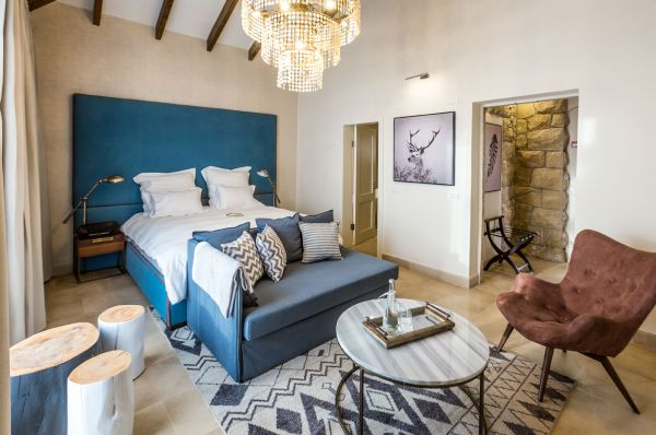 בית מלון גורדוניה ב ירושלים - סוויטה ג'וניור עם בריכה משותפת ונוף להרים