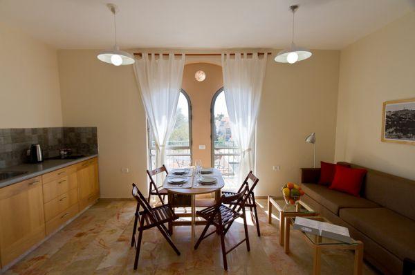 בית מלון חצר השוק ירושלים - דירות פינתיות – דירות עם חדר שינה וסלון גדול