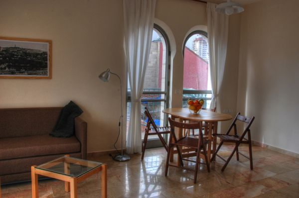 בית מלון חצר השוק בירושלים - דירות פינתיות – דירות עם חדר שינה וסלון גדול