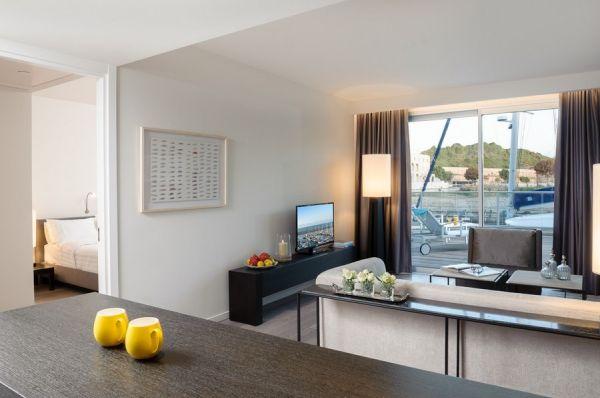 בית מלון תל-אביב והמרכז הרודס הרצליה - סוויטה אקזקיוטיב עם נוף למרינה ומרפסת