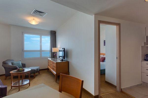 בית מלון ישרוטל טאואר ב תל-אביב והמרכז - סוויטה  גיוניור פונה לים