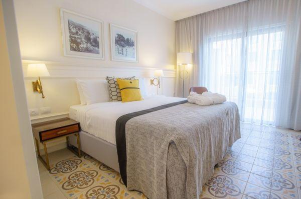 בית מלון אדמונד - חדר דלקס פונה לבריכה