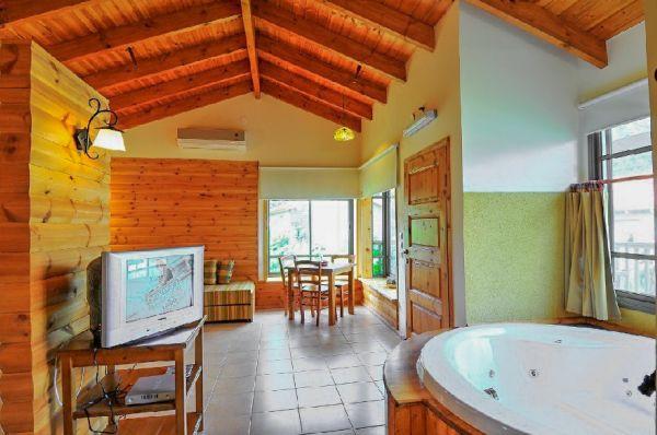 בית הארחה נופי גונן גליל עליון והגולן - בקתת עץ